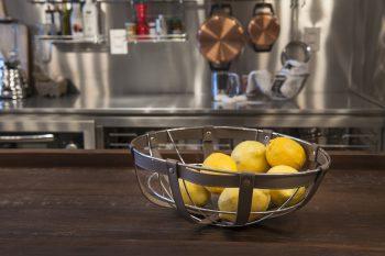 Cinco acessórios básicos para organizar a bancada da cozinha dos clientes