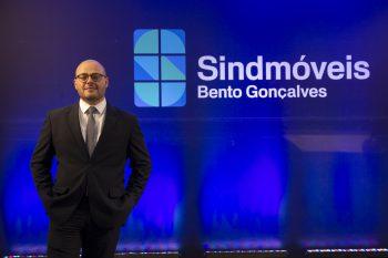 Vinicius Benini é empossado como presidente do Sindmóveis Bento Gonçalves